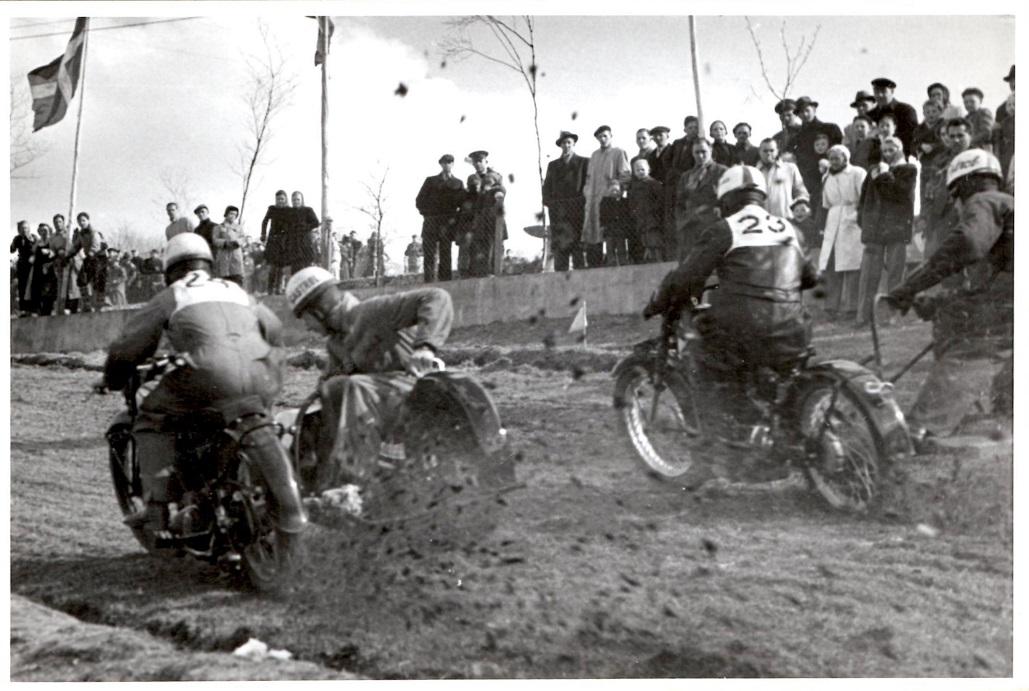 Moto-cross Volk Mølle St. Bededag 1951. Kresten med nr. 24. Harry Pedersen i sidevognen.
