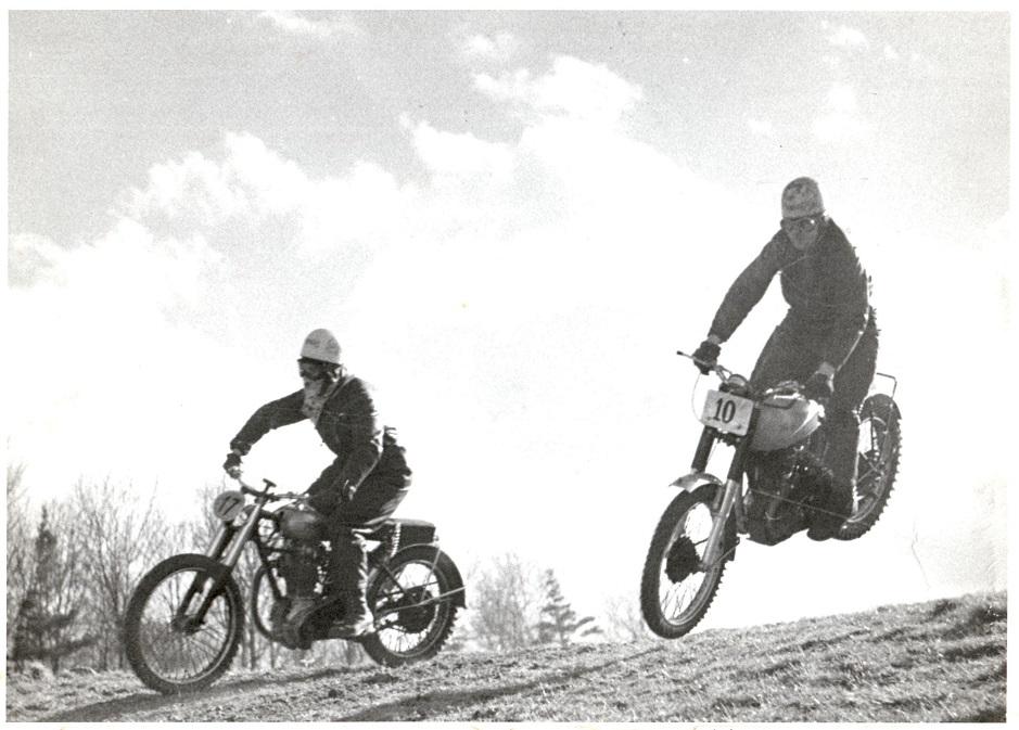 Moto Cross i Volk Mølle St. Bededag 1951. Knud med nr. 10, Arne Svendsen nr. 17.