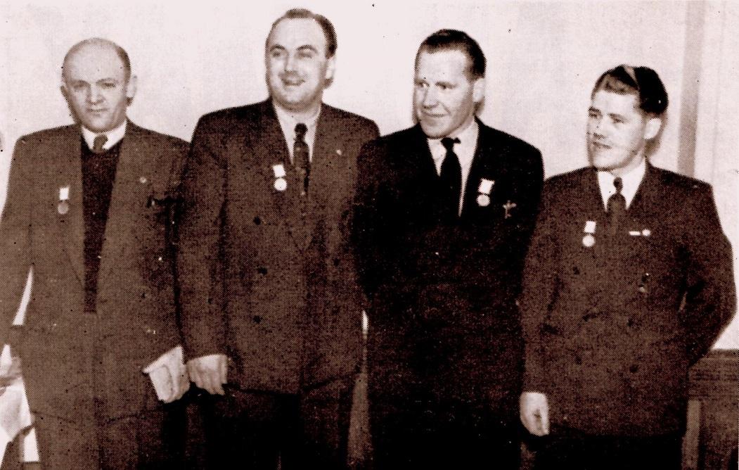 AMK hædrede sine mestre i 1949 ved Nytårsfesten 7. jan. 1950. Fra venstre Bent Jensen, Knud Nielsen, Carlo Sejer og Kresten Krestensen.