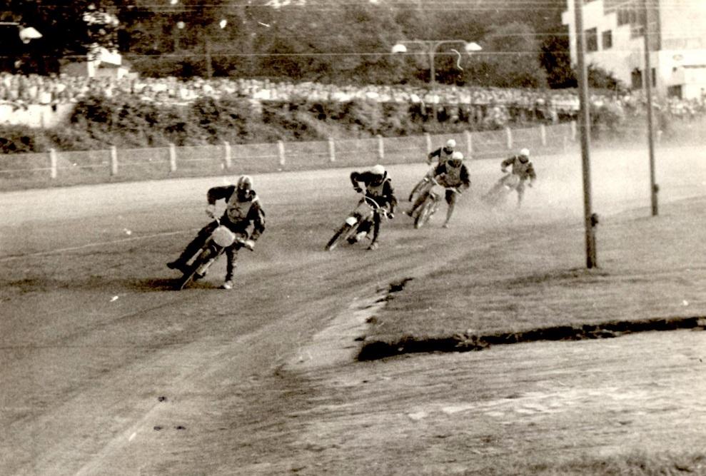 Knud på vej mod sejren I Guldbarreløbet 1959 på Charlottenlund Travbane.