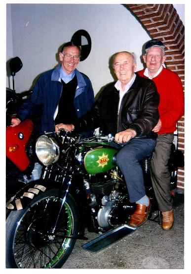 Leif Pedersen tv. Knud og Robert Rasmussen. Cyklen ejede Knud dengang. Den var opbygget af Vagn Jensen af dele, han havde købt af Knuds gamle værkfører harry Pedersen. Cyklen er en BSA Empire Star 500cc, som Knud selv kørte i 1939. Bemærk Knuds præmieplaquetter, der var monteret på forskærmen.