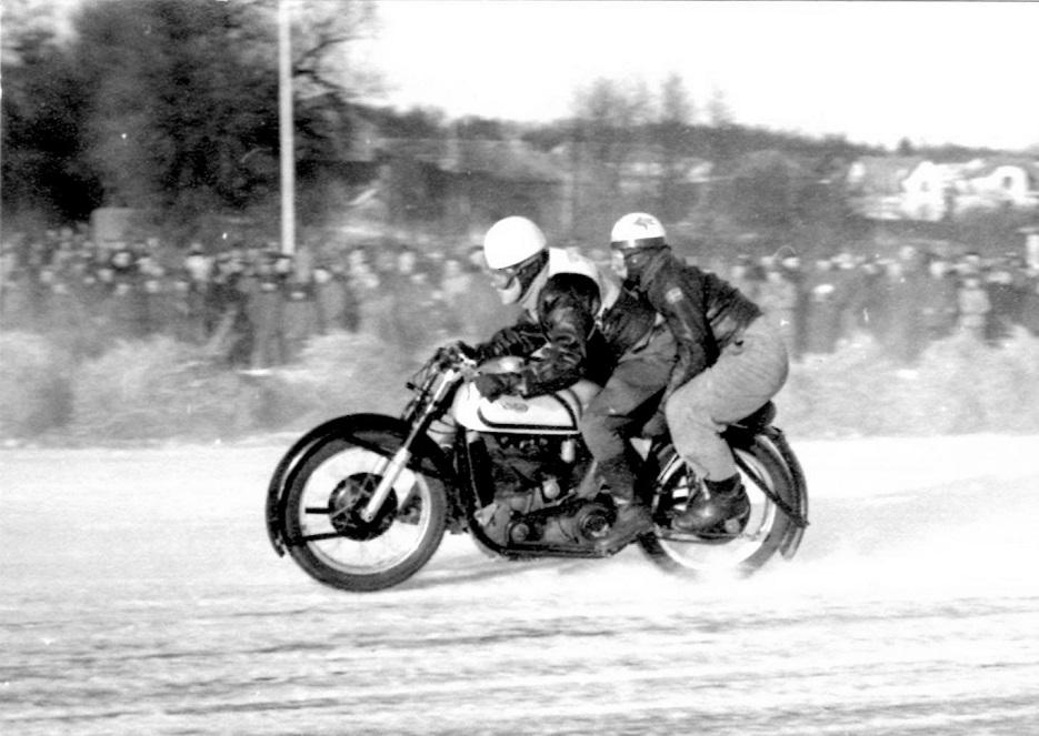 Isbaneløbet på Brabrand Sø febr. 1954. Kresten og P.Mut i fin stil.