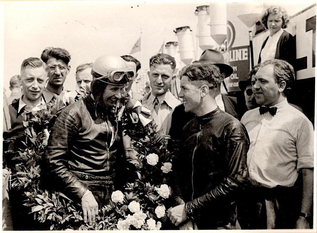 Bob Foster vandt 350cc klassen på Velocette. Han ses her med Geoff Duke, som blev nr. 2 på Norton.