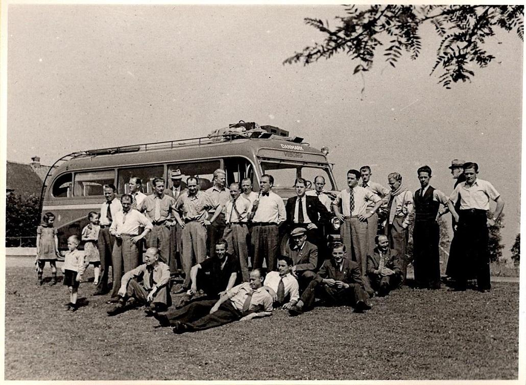 Selskabet foran bussen.