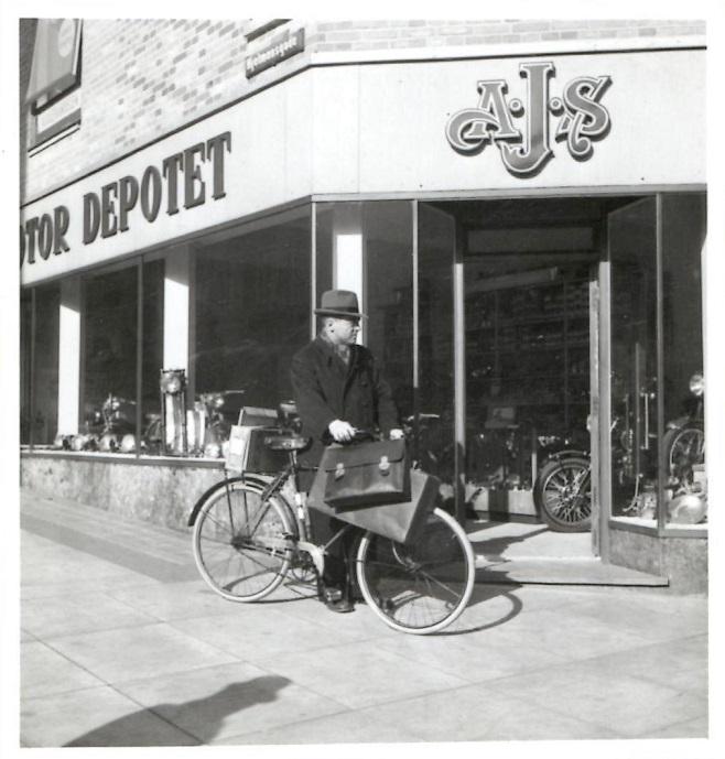 Motor Depotet på adressen Nørregade 12.  Firmaets inkassator med cyklen foran.