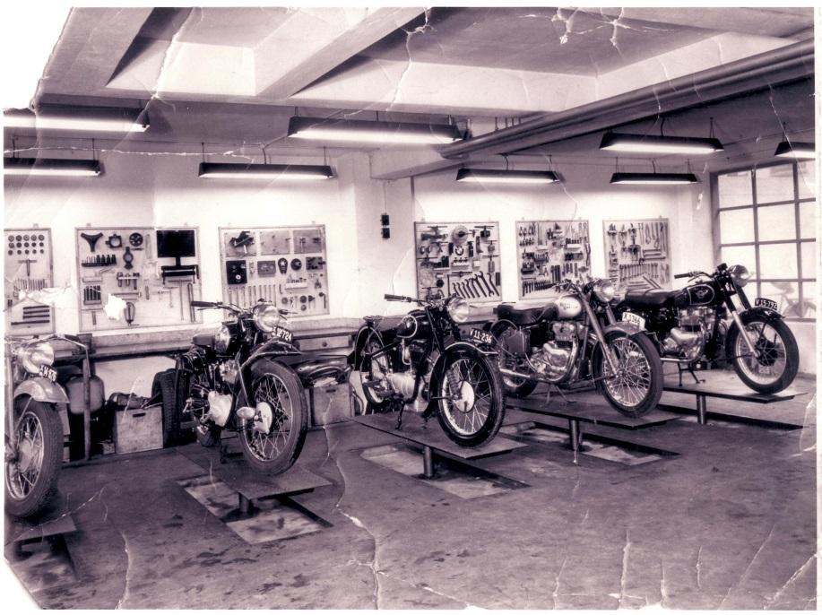 Masser af motorcykler på liftene i de store år. Se også de store tavler med specialværktøj.