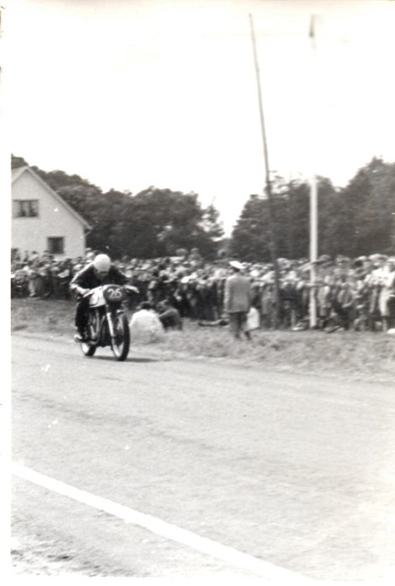 Knud Nielsen deltog i en del svenske TT-løb omkring 1954. Her er han på vejen i Vestkustloppet ved Falkenberg i juli 1954. Her kørte han både 350cc og 500cc, og billedet her er fra 350cc klassen.