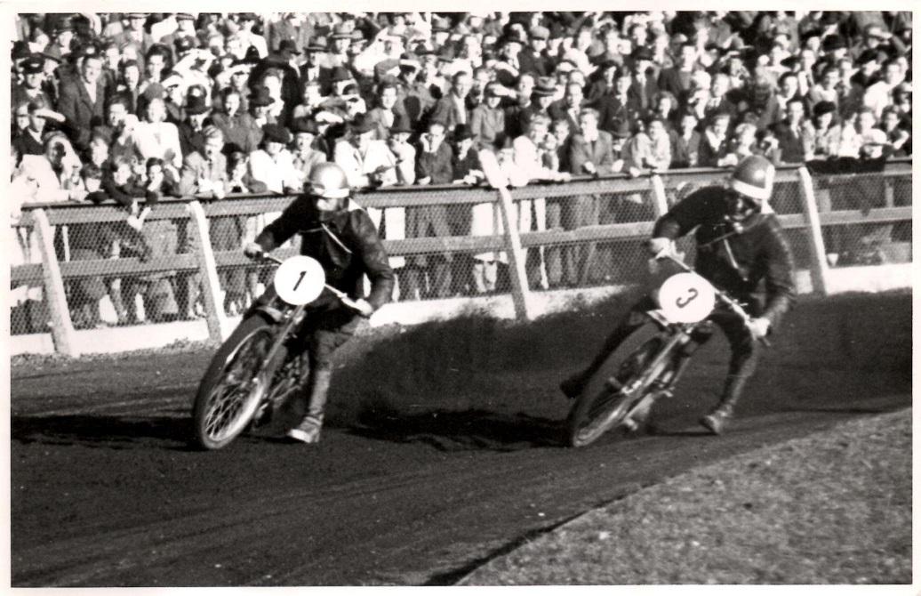 Aarhus Stadion okt. 46. To brødre i dyst. Bent med nr. 1 og Svend med nr. 3. Svend løb med banerekorden, mens Bent sejrede i løbet.