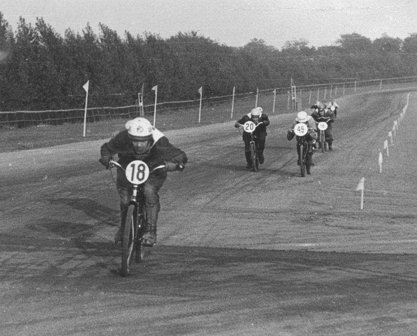 Bent Jensen med nr. 18 på vej mod DM i 50cc klassen på JVB i 1951.