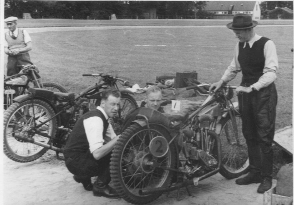 DM på Charlottenlund 1948. Fra venstre Victor Simonsen, Erling Pedersen og Bent med blød hat.