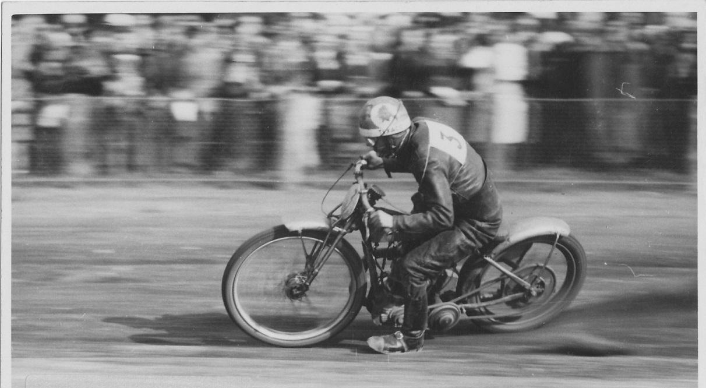 Et flot stilbillede af Bent fra et banerekordforsøg på Fangel 1946, hvor det lykkedes ham at få rekorden.