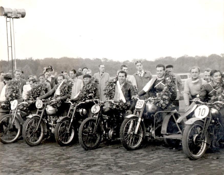 Danmarksmestrene 1951. Bent Jensen kan lige ses yderst til venstre.