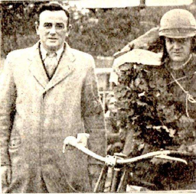 DM i bakkeløb Volk Mølle nov. 1949. Bent vandt DM og viste hvrdan en JAP skal bringes til at springe op af en bakke. Det er DMU´s dommer Niels Westergaard, Hobro tv.