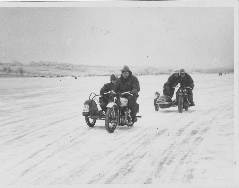Isbaneløbet på Glenstrup Sø. Carlo foran vennen og konkurrenten Knud Mogensen.