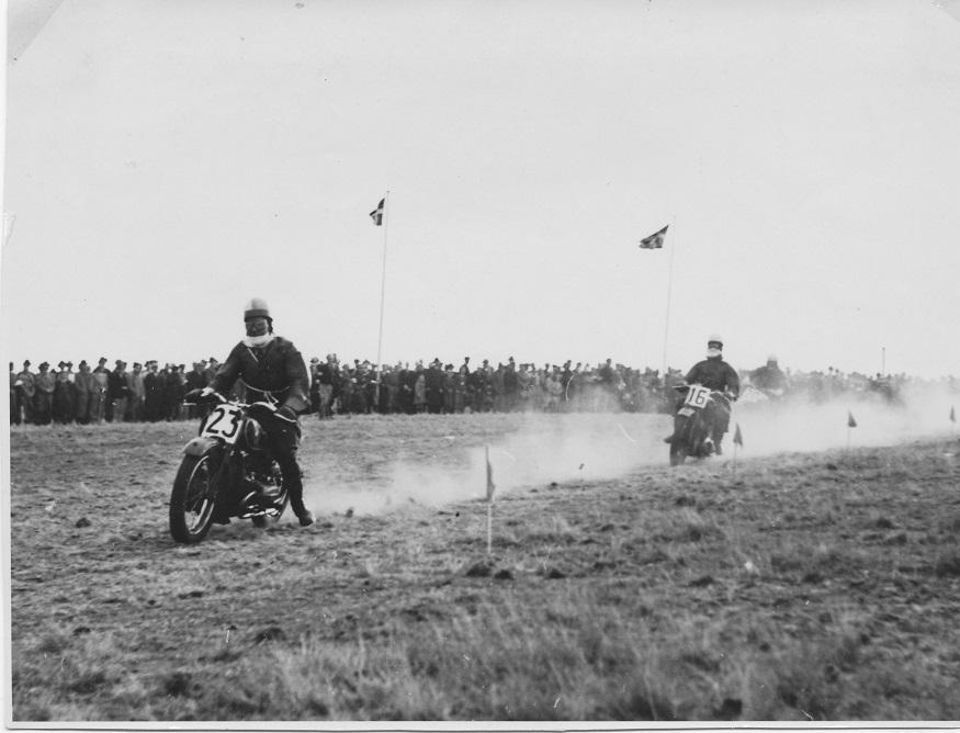 Fra løbet Carlo foran Børge Olesen, senere formand for Aarhus Motor Sport.