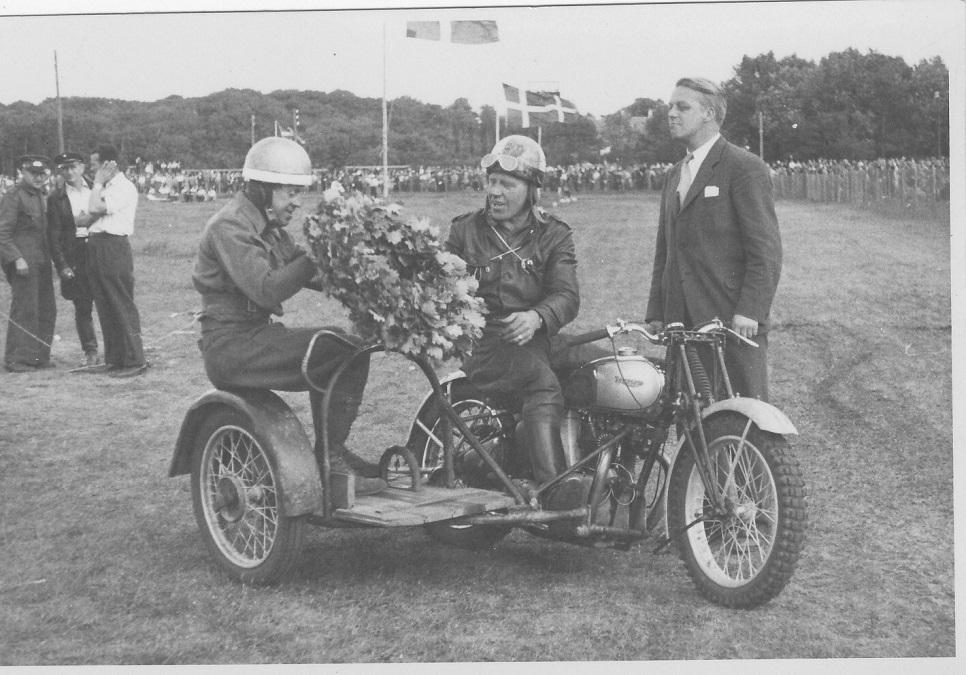 JM Herningholm 31-08-47. DMU´s præsident Elwin Hansen har overrakt laurbærkransen.