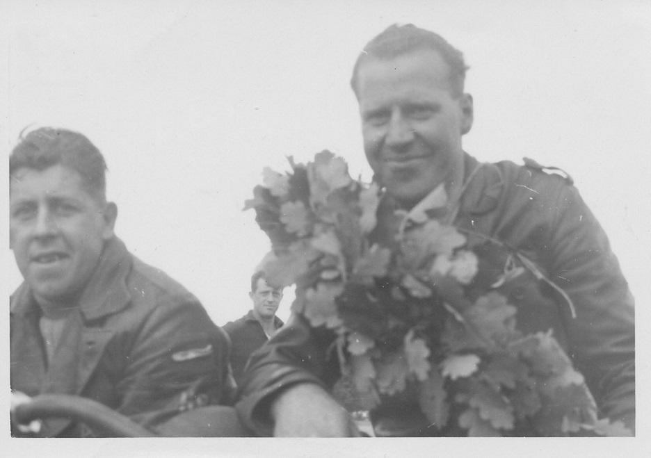Et par glade mestre 1950. Carlo og Putimut vandt både JM i Løvel og DM i Fangel. Det vides ikke hvilket af disse løb billedet er fra.