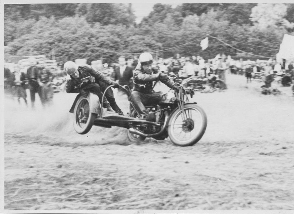 Volk Mølle bakkeløb 1946, Carlo med Erling Pedersen i sidevognen.