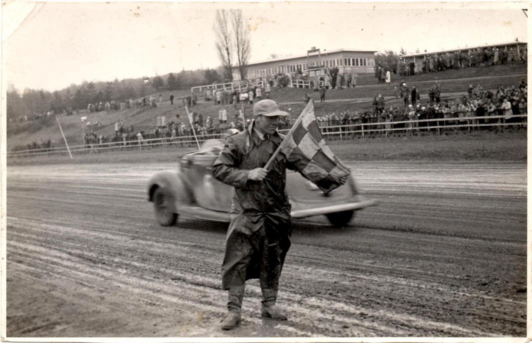 Carlo som starter til billøbet på Væddeløbsbanen i 1955.