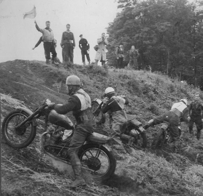 Moto-cross Ny Mølle sept. 1952. Gunnar stiller op på Matchless i seniorklassen. Han ses her i vanskeligheder i midten. Til højre med nr. 7 er Søren Juul på afveje.
