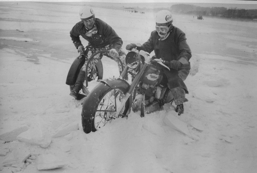 Isbaneløbet på Brabrand Sø. Gunnar er hoppet i sidevognen hos Tage Nielsen, og de morer sig i sneen inden det går løs.