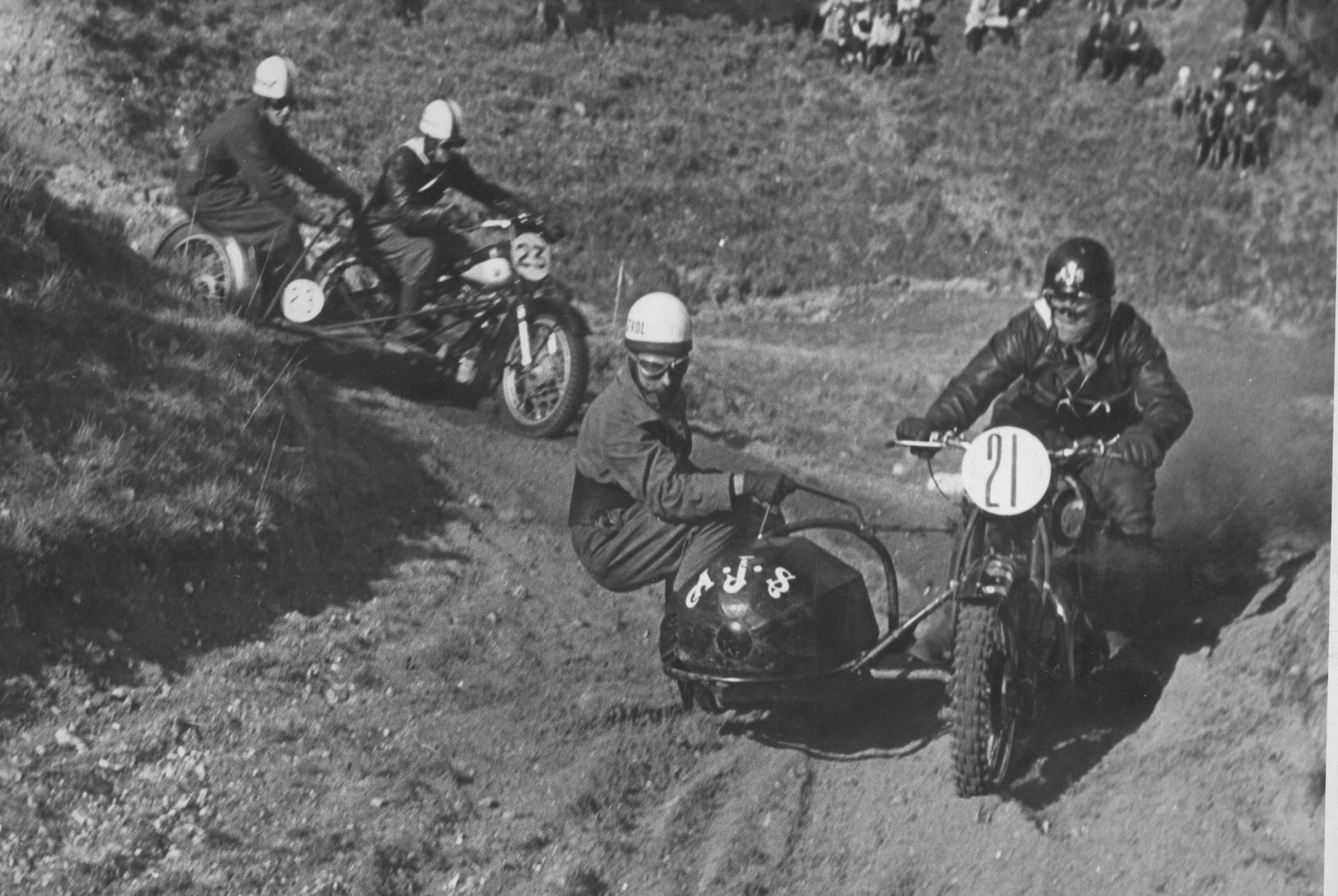 Volk Mølle St. Bedag 1951. Stadig Gunnar og Aksel på AJS. Her foran Søren Juul på Nimbus.