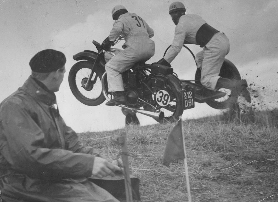 Bakkeløb Moesgaard Strand 1950. Gunnar har Aksel Müller i sidevognen og kører Royal Enfield. I forgrunden Henning Pedersen, der havde udviklet et elektrisk tidtagningssystem til løbet.