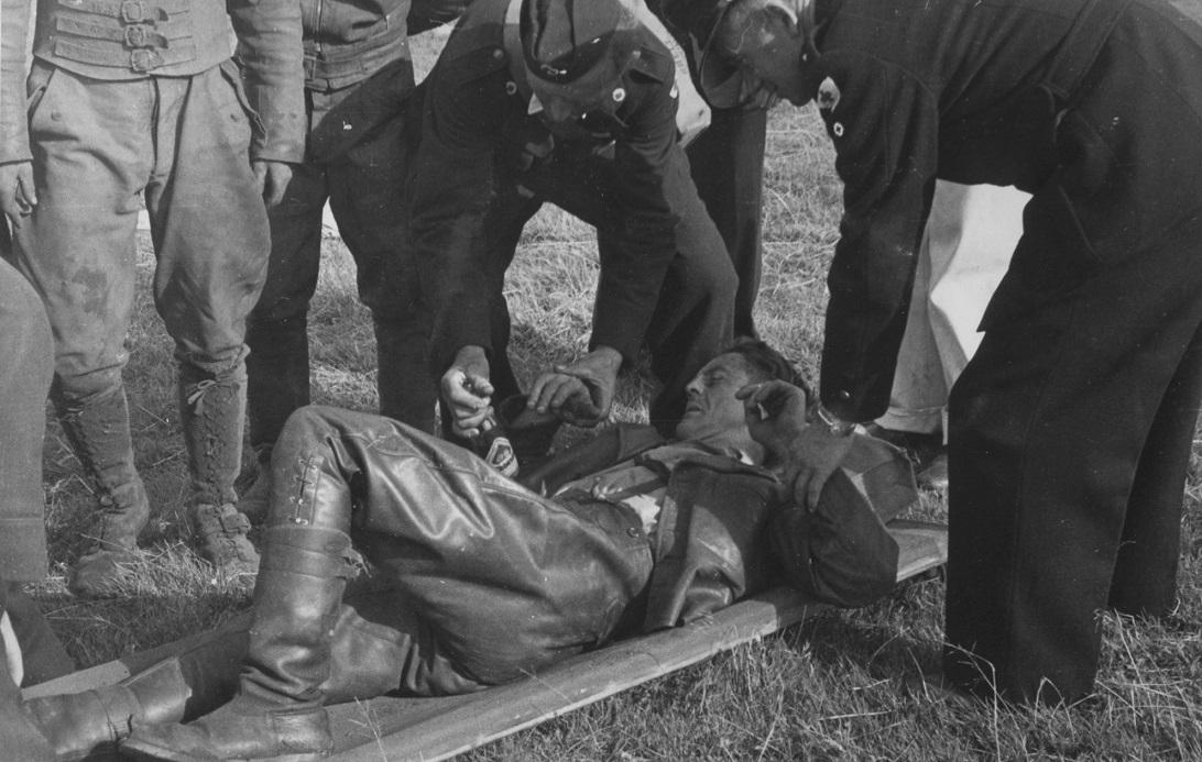 Åbningsløbet Fladbro aug. 54. Gunnar er endt på båren med et brækket ben efter sit uheld.