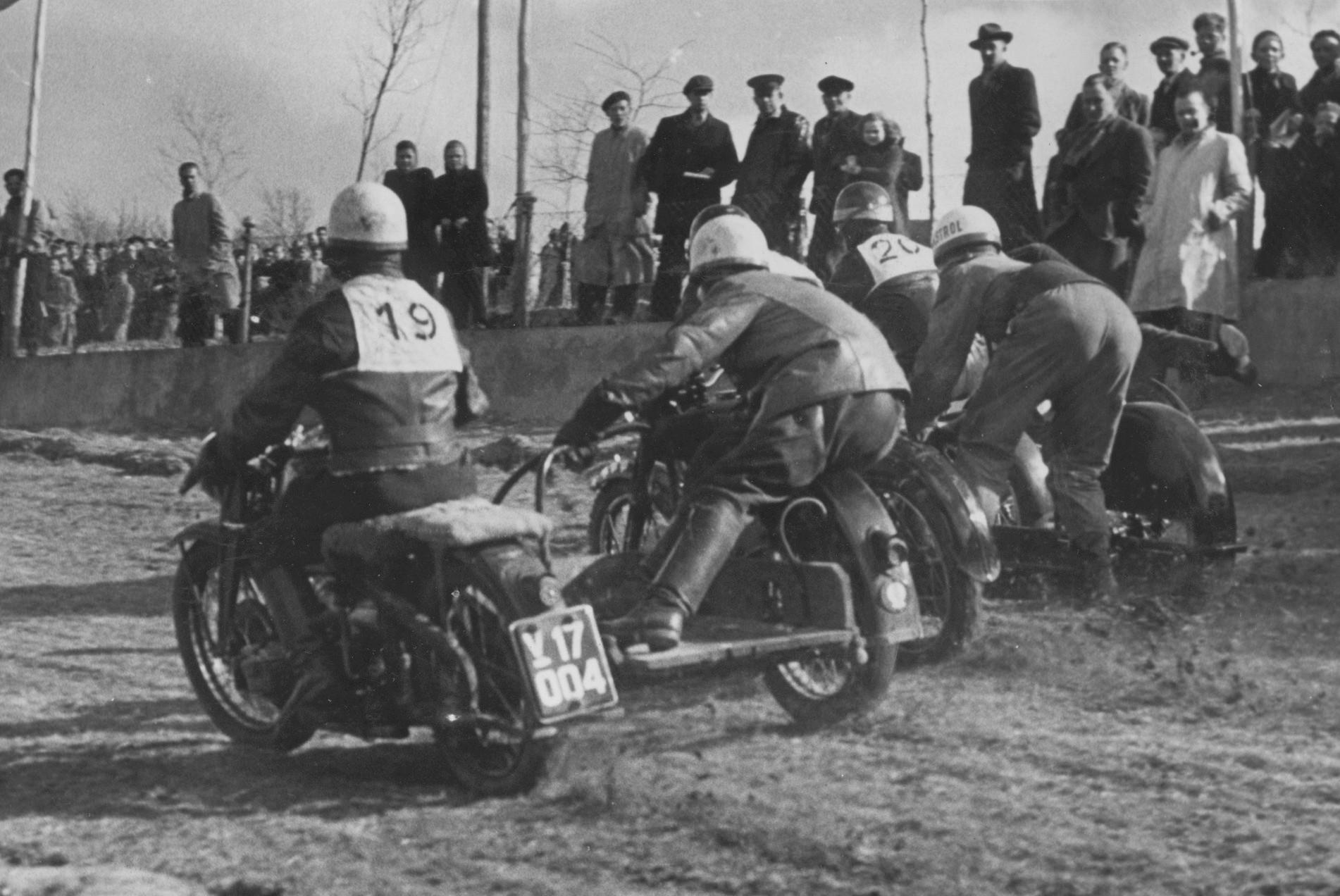 Volk Mølle St. Bedag 1951. Bakkeløbene her er blevet afløst af moto-cross. Her en sidevognsstart, hvor Gunnar og Aksel lige kan skimtes mellem nr. 19 Sølvsten Madsen på Zündapp og 20. Rasmus Kornum.