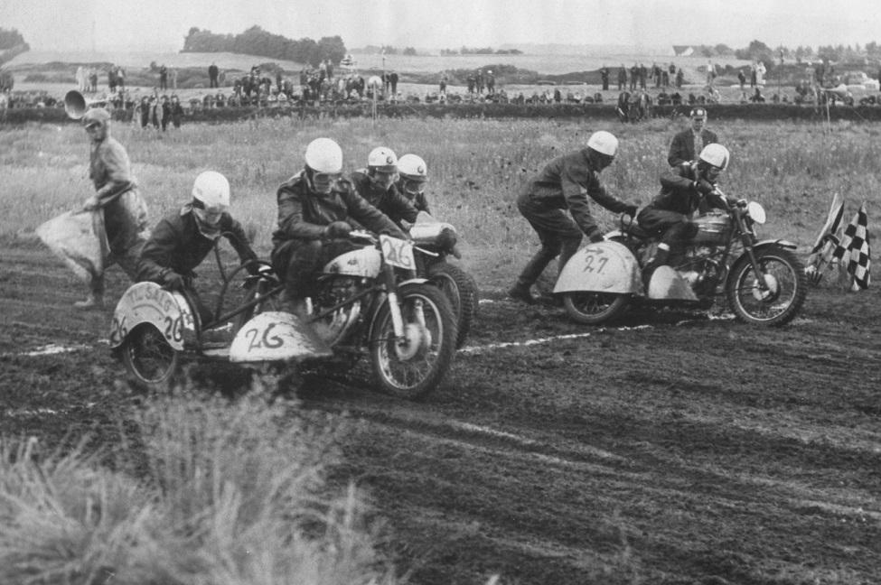 Sinding 28. juni 59. Cyklen er sat til salg kan man læse. Carl og Gunnar til venstre. Callesen på inderbanen. Alex Haucke lidt skjult i midten.