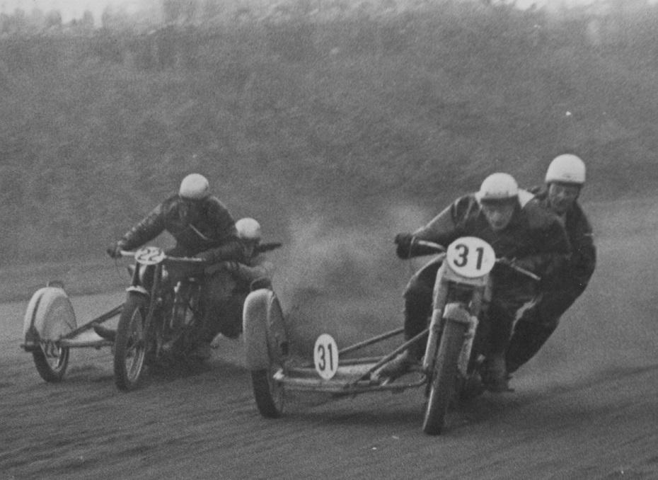 DM på Aarhus Travbane 1951. Harry og Gunnar foran Hans Th. Jacobsen, der ender dagen som danmarksmester.