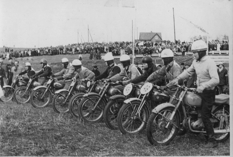 Moto-cross Ny Mølle skærtorsdag 1952. Starten i letvægtsklassen. Fra højre Gunnar på en DMW, Henning Krogh og Th. Weiss, alle AMK.