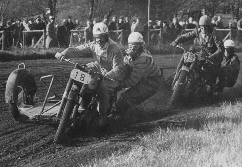 Hem Odde maj 1953. Harry og Gunnar foran Hans Nielsen img1.