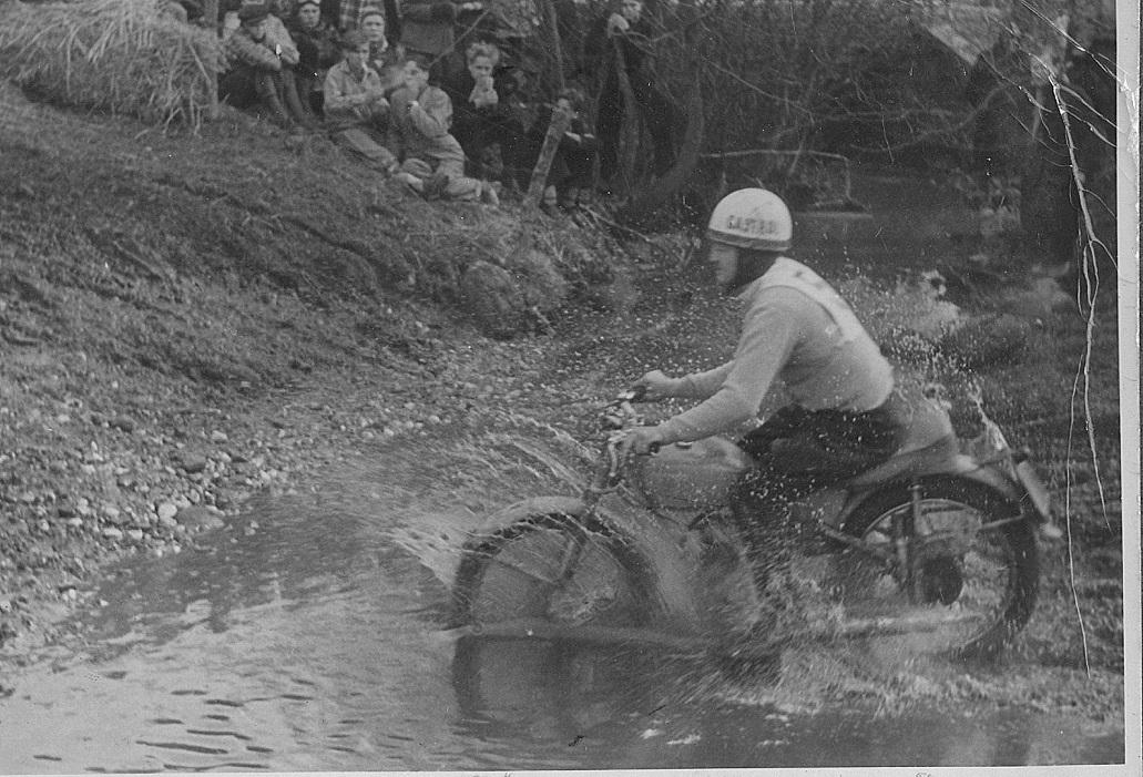 Moto-cross Ny Mølle skærtorsdag 1952. Gunnar passerer Egåen.