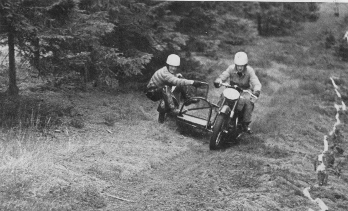 Det blev til en ny JM titel i trial i 1954. Billedet er muligvis fra dette løb i Tirstrup.