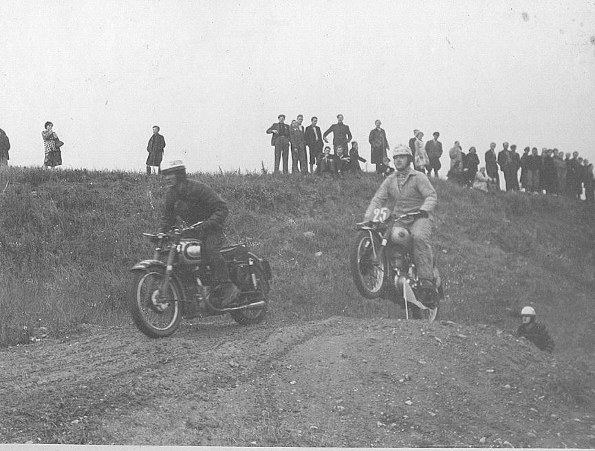 Træning i grusgraven ved Ny Mølle 1951-52. Gunnar kører sin AJS solo foran Knud Nielsen.
