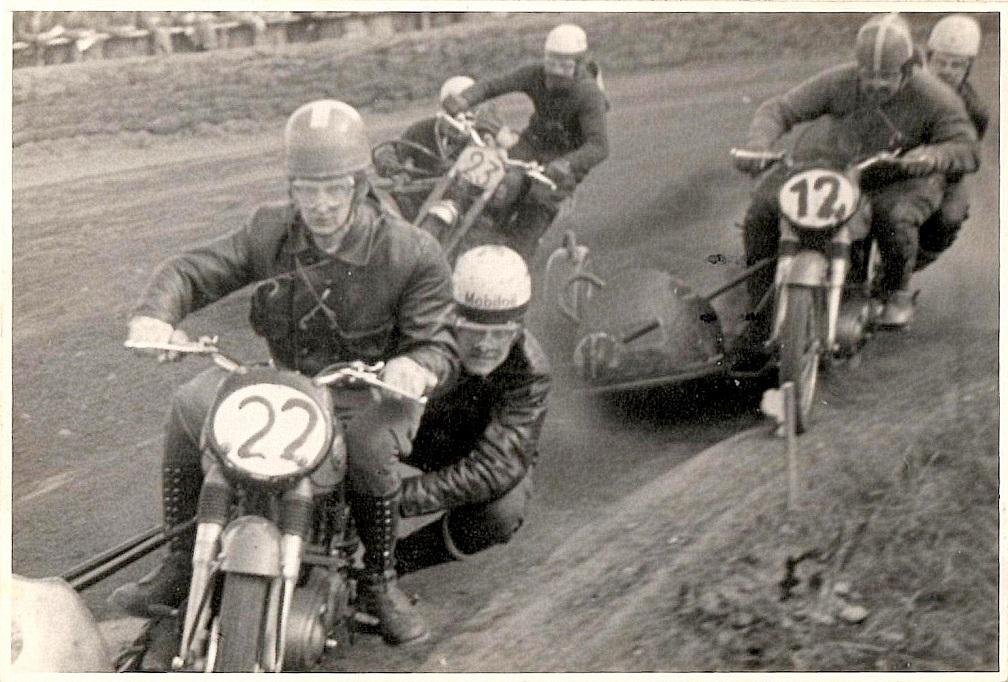 Løvel maj 56. Harry og Henning Krogh i front forfølges af Knud Nielsen, der vikarierer for den sygdomsramte Kresten. Med nr. 23 er det Bakmand på sin felix.