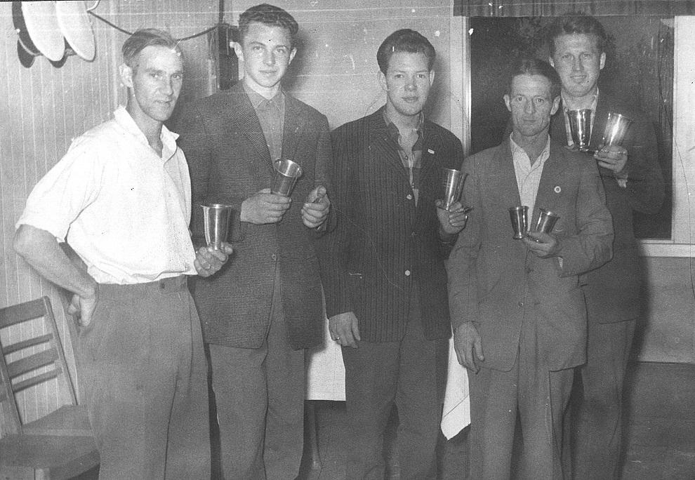 Danmarksmestrene på 1000m 1959. Søren Juul, Kurt W., Preben Bollerup, Gunnar og Carl med hver to pokaler.