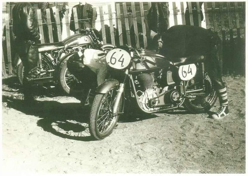 AMK-holdets Norton maskiner i Karlskoga. Nærmest er Harrys cykel ved at blive gjort klar til sololøbet.
