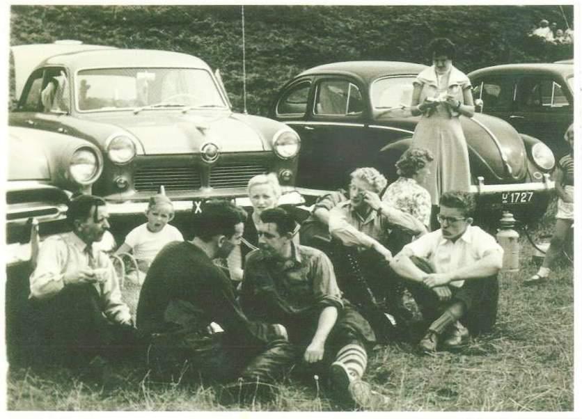 Hyggestund i Løvel 1955. Forrest Arne Svendsen og Putimut i snak. Lige bag Putimut er det Kresten Krestensens kone Gerda og til højre for Harry P. og Karl Møller Frandsen.