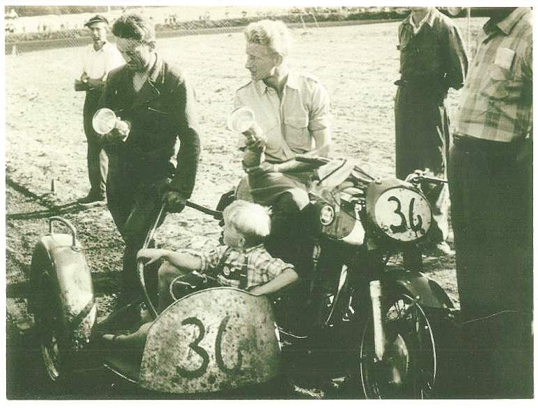 Navr banen 1956. Gunnar Williams og Harry P. efter endnu en sejr. Harrys søn Kurt som sædvanlig med på æresrunde.