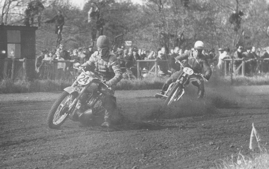 Gunnar kørte både solo og som sidevognsmand ved løbet på Hem Odde i maj 1953. Her er han i juniorkassen på en Royal Enfield foran Karsten Kristensen, der var bror til Arne Pander.