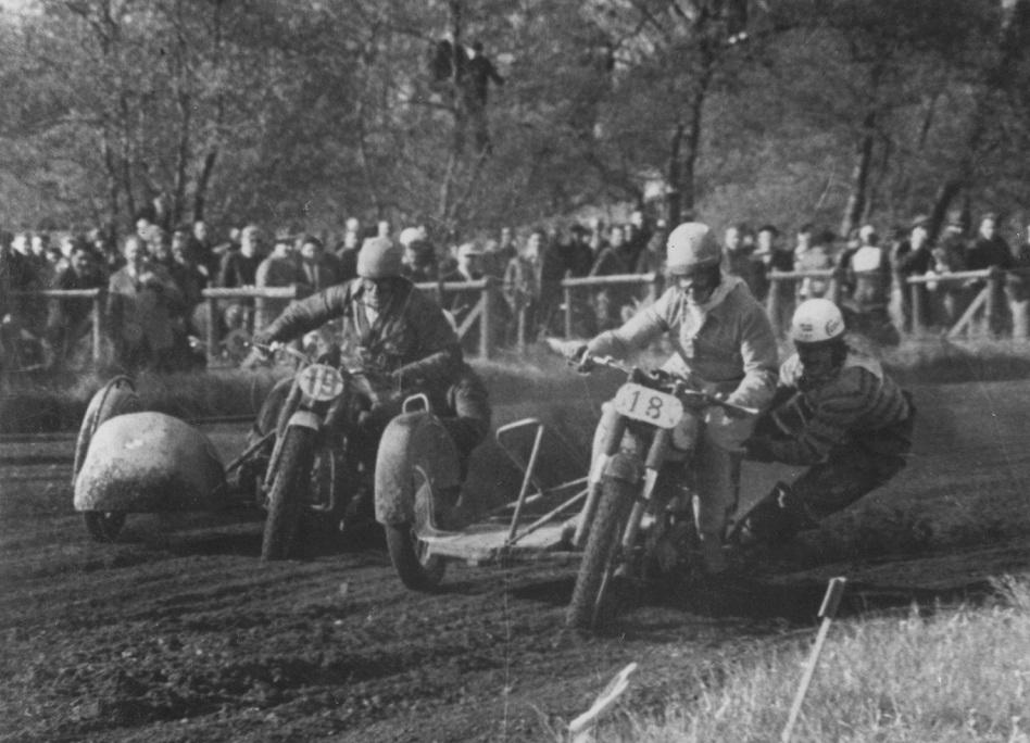 Hem Odde maj 1953. Harry og Gunnar foran Hans Nielsen img2.