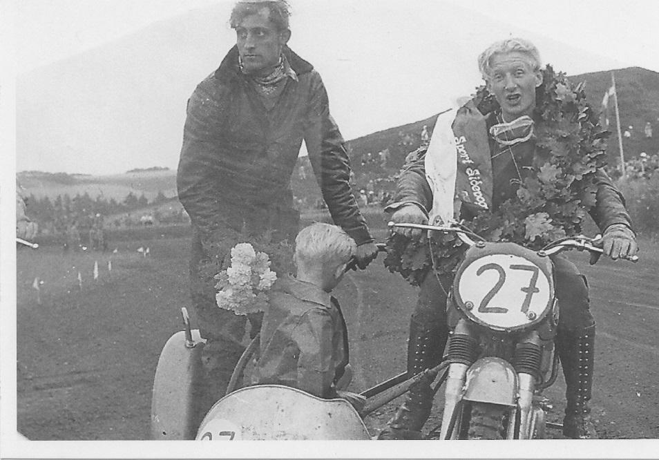 JM Løvel 1956. Harry endelig Jydsk Mester på bane. i sidevognen Henning Krogh og Harrys søn Kurt.