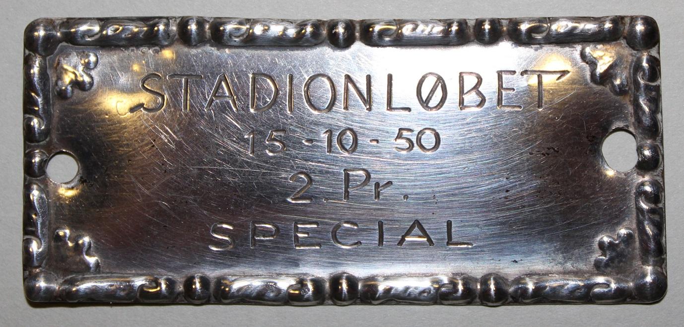 Gunnar kørte på JAP´en på Aarhus Stadion i 1950, hvor han blev nr. 2 i specialklassen. Her hans plaquette for dåden.