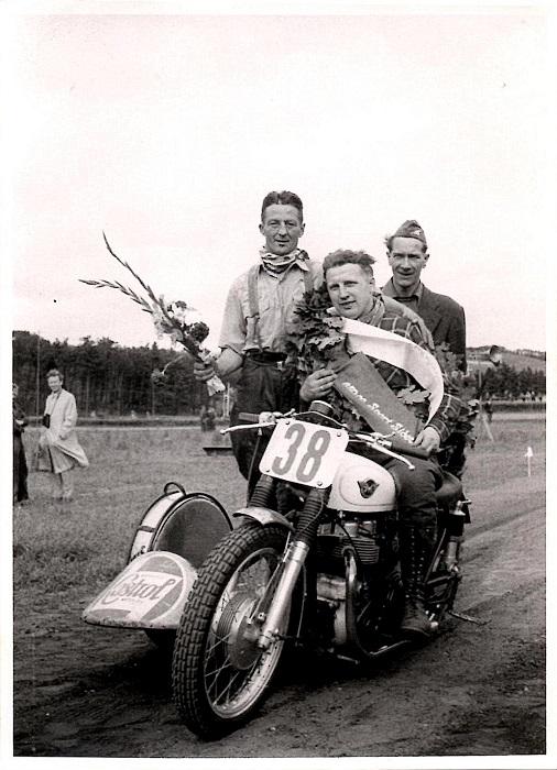 JM Løvel 1958. Carl og Gunnar vandt begge begge sidevognsklasser. Til højre er det AMK´s mangeårige formand Henning Pedersen.