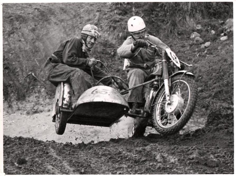 Makkerskabet Carl Andersen/Gunnar Williams bød også på moto-cross. Her på Ny Mølle sept. 59, hvor de her ses forcere åen.