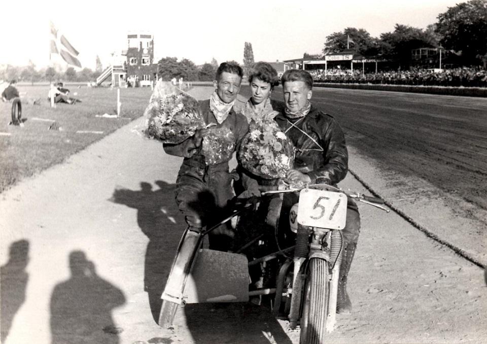 Skandinavien-Løber Amager Travbane 6. sept. 59. Gunnar og Carl efter en af deres mange sejre. Axel Wang Hansens kone Sussi i midten.