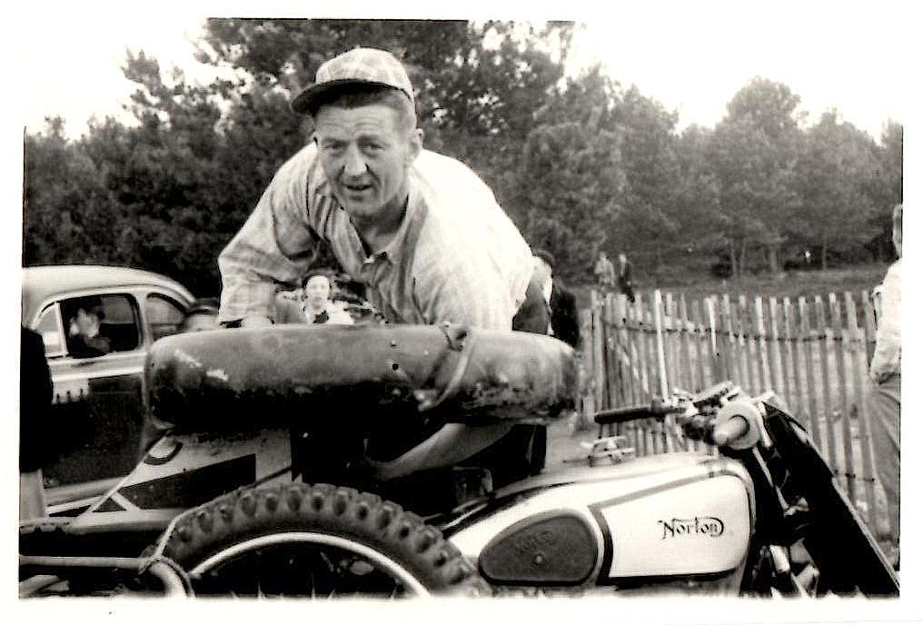 """""""Smeden"""" var et energibundt med et til tider iltert temperament. Her med Harry Pedersens Norton 1953-54 formentlig ved et moto-cross i Trollhättan."""