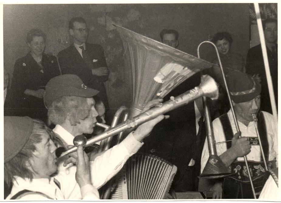 Ved en klubfest i 1954 optrådte bestyrelsen som Tyrolerorkester. Her er Gunnar nærmest, dernæst Henning Pedersen på NSU-horn og Carlo Sejer.